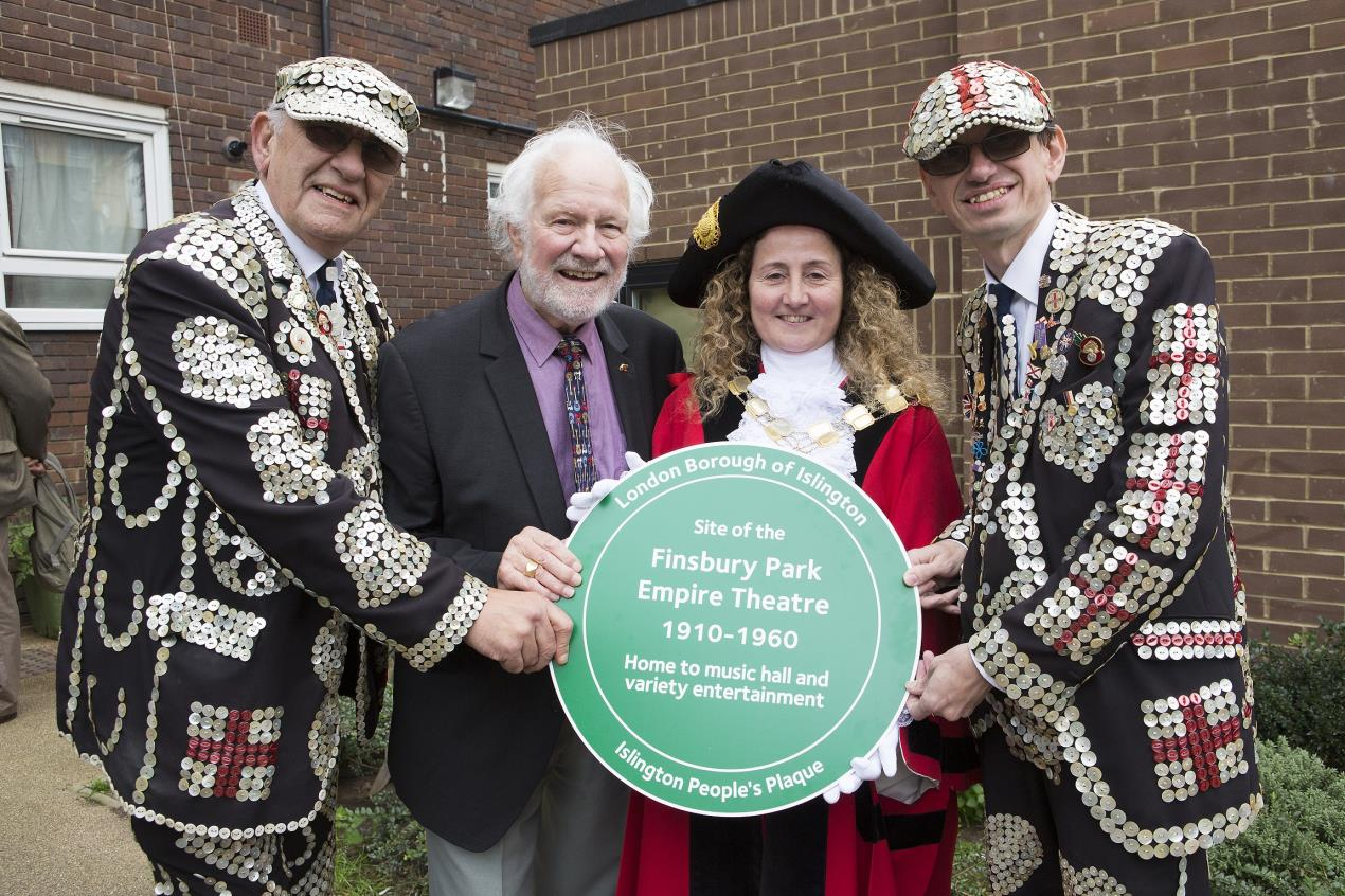 Pearly_King_and_Prince_of_Finsbury%2c_John_(left)_and_Darren_Walters_at_the_plaque_unveiling
