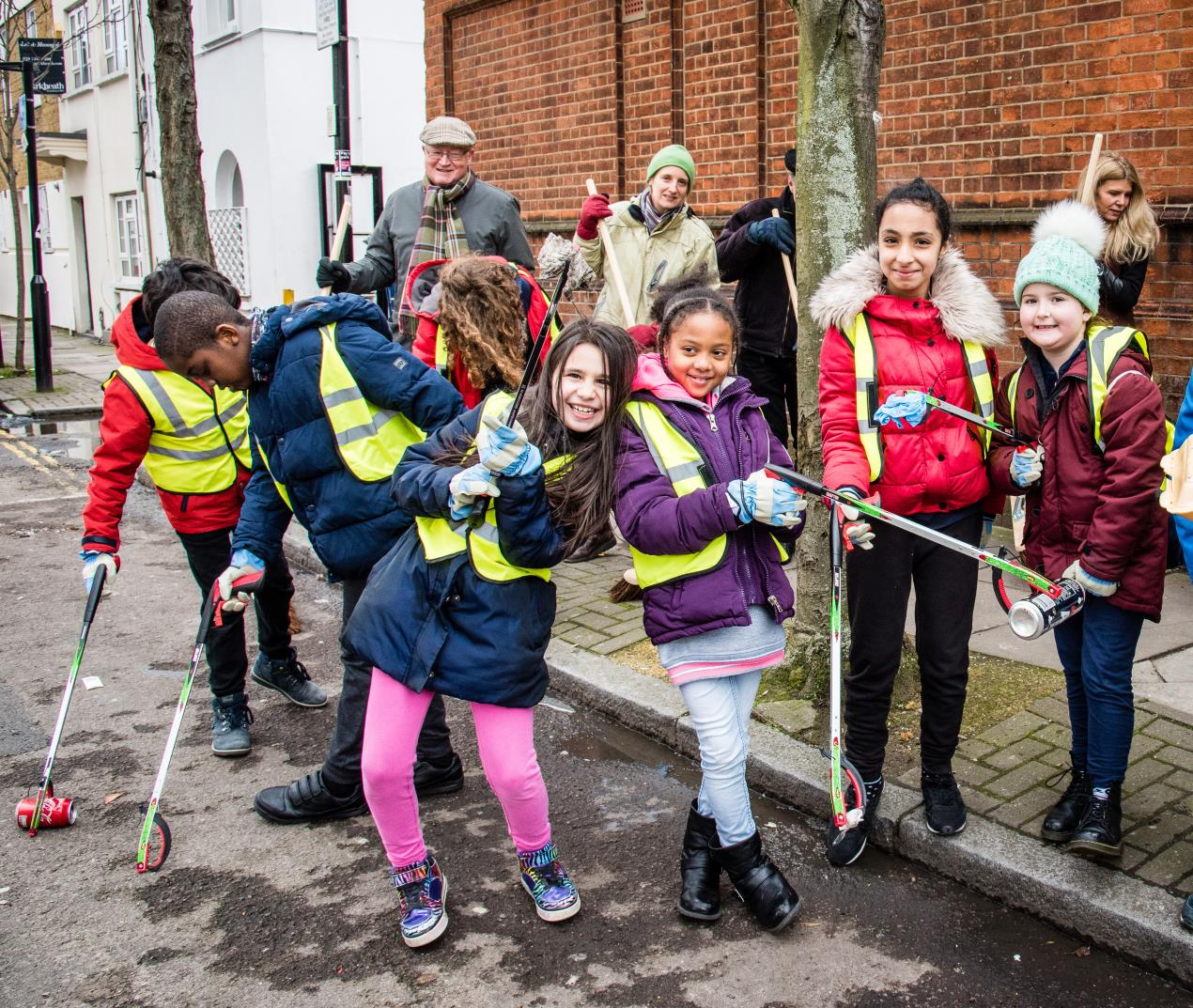 Grafton_Primary_School_pupils_are_joined_by_members_of_the_Nag%27s_Head_Town_Centre_Management_Group_at_one_of_the_borough%27s_Community_Clean-Up_events_in_Nag%27s_Head_town_centre%2c_Holloway.