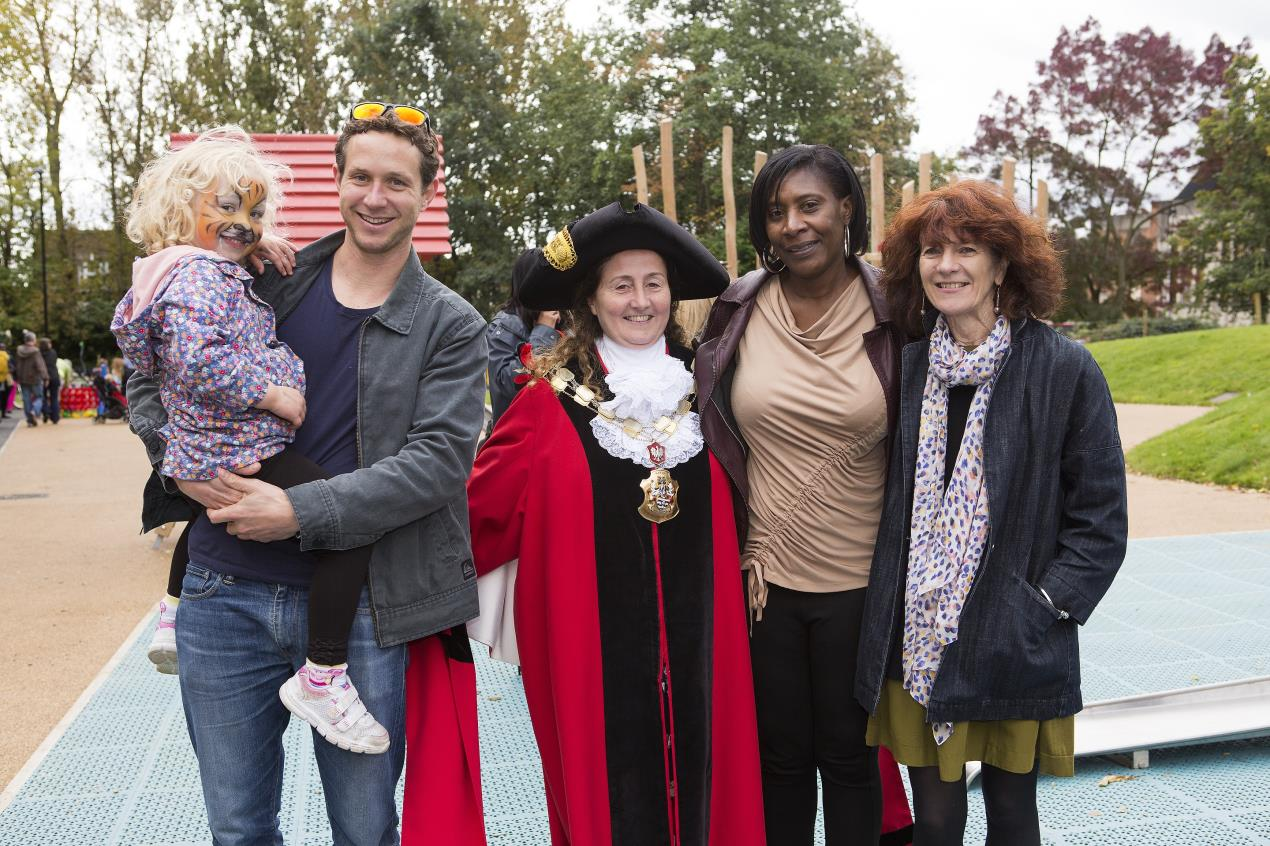 Islington_Mayor_Cllr_Una_O%27Halloran_with_visitors_to_the_new-look_Archway_Park