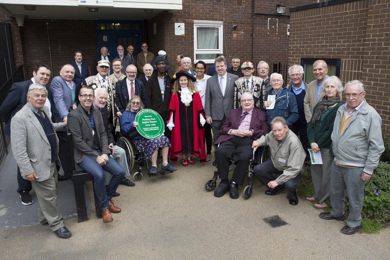 Residents%2c_guests%2c_and_councillors_at_the_Finsbury_Park_Empire_plaque_unveiling