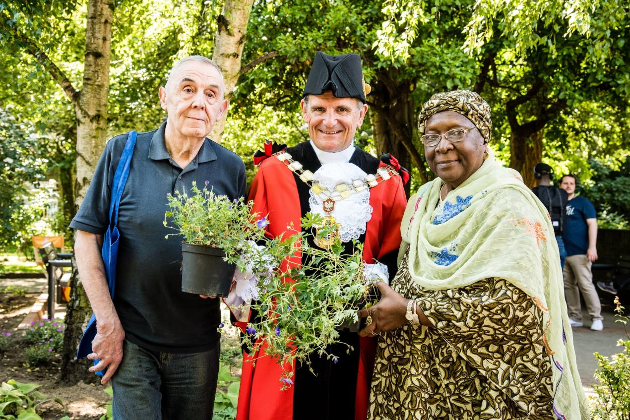 Cllr_Dave_Poyser%2c_the_Mayor_of_Islington%2c_with_local_residents_at_the_launch_of_Islington%27s_new_Word_Garden%2c_part_of_the_Word2018_Festival